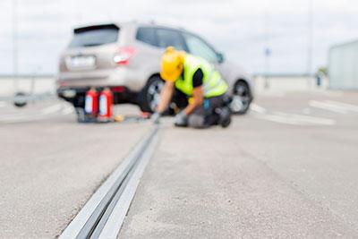 En arbetare på Glim Betongprodukter AB inspekterar betongen