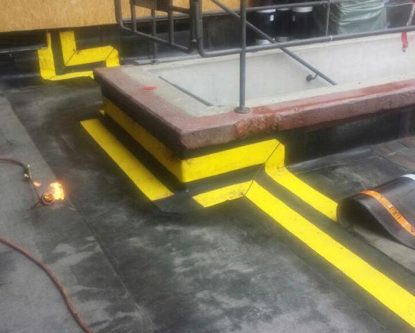 Foto på Migupren tätduk för takläggare i hörn och platta ytor